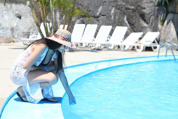 Mulher a beira da piscina no Magic City