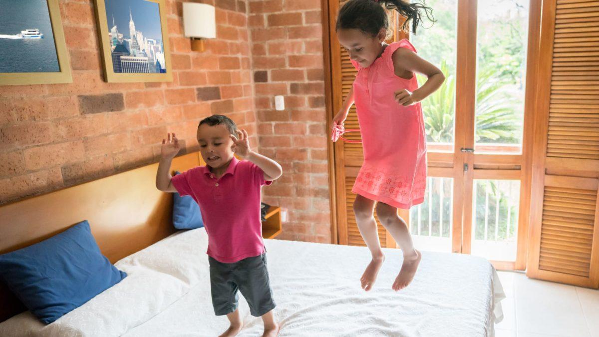 Vai viajar com os filhos? Veja como escolher uma pousada para crianças!