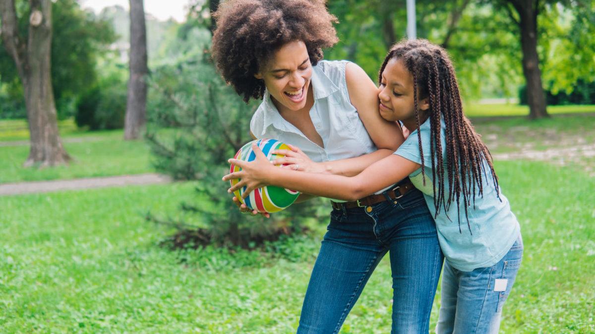 Veja 10 brincadeiras para fazer em família e se divertir à beça